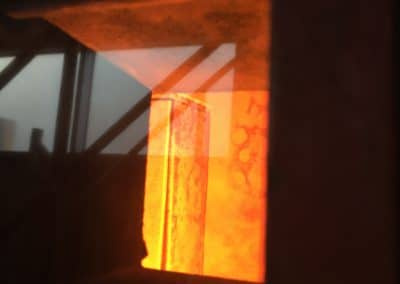 Blick auf den glühenden Brandschutzschrank mit DIAMANT-Funkanlage im Anschluss an den Brandversuch