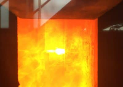 Blick auf den Versuchsaufbau im Brenner während des Brandversuchs